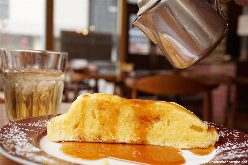 エンジョイカフェのホットケーキにシロップ垂らし♪パンケーキマン