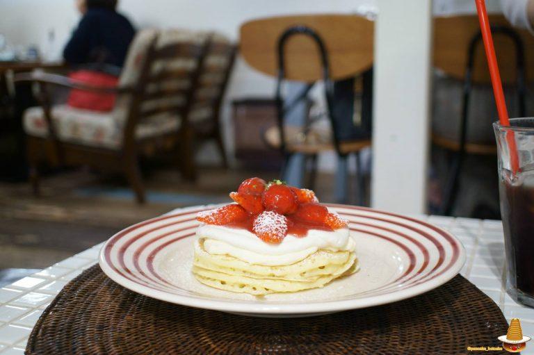 レアチーズケーキとたっぷりの苺のパンケーキ【春限定♪】Angie(アンジー)神戸/花隈
