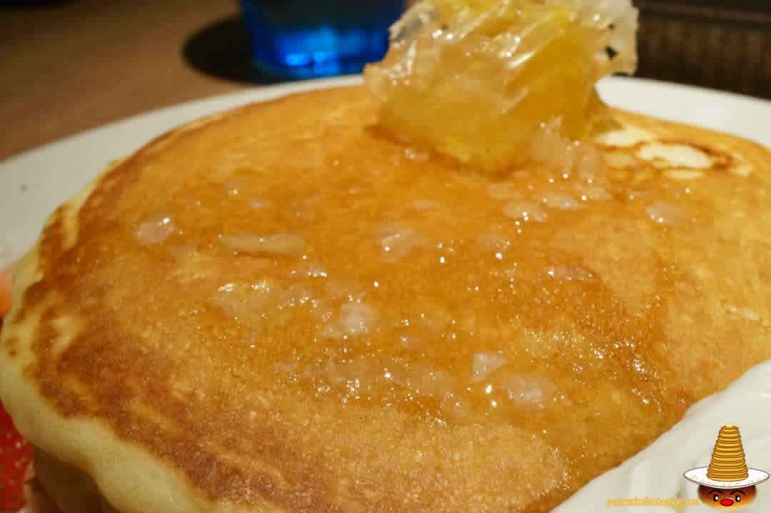 TABLES CAFE(タブレスカフェ)のコームハニー&フレッシュフルーツパンケーキ