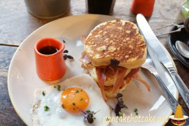 激ウマのセラーノハムとフェタチーズと目玉焼きパンケーキ お洒落カフェ HALF CUP(カーフカップ)(ロンドン/セントパンクラス、キングスクロス)