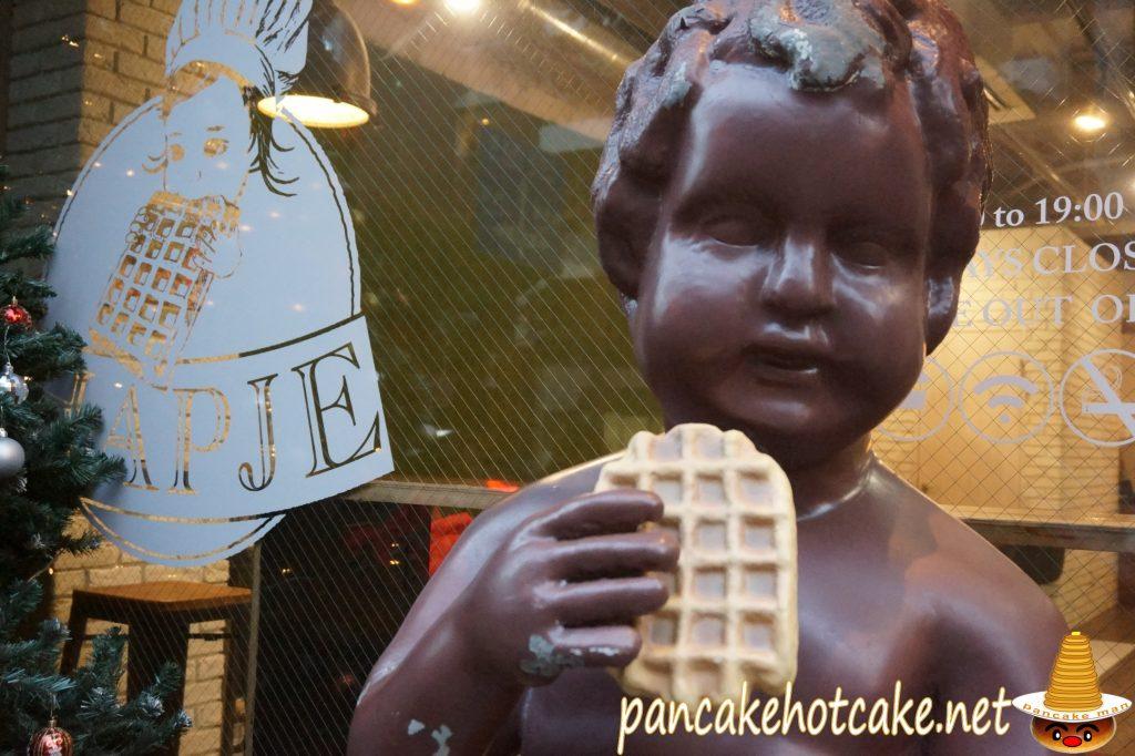 ベルギーカフェ Hapie(ハピェ)店外ワッフルを食べる小便小僧