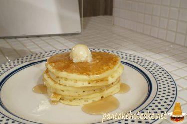 アンジー(Angie)のバターミルクパンパンケーキにメープルシロップがけ♪