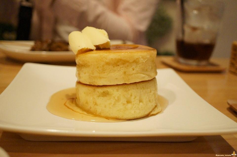 はちみつバターのパンケーキ 直径8cm×厚さ3cm×2段の真丸 レイスムージーズ(京都/六角通)パンケーキマン