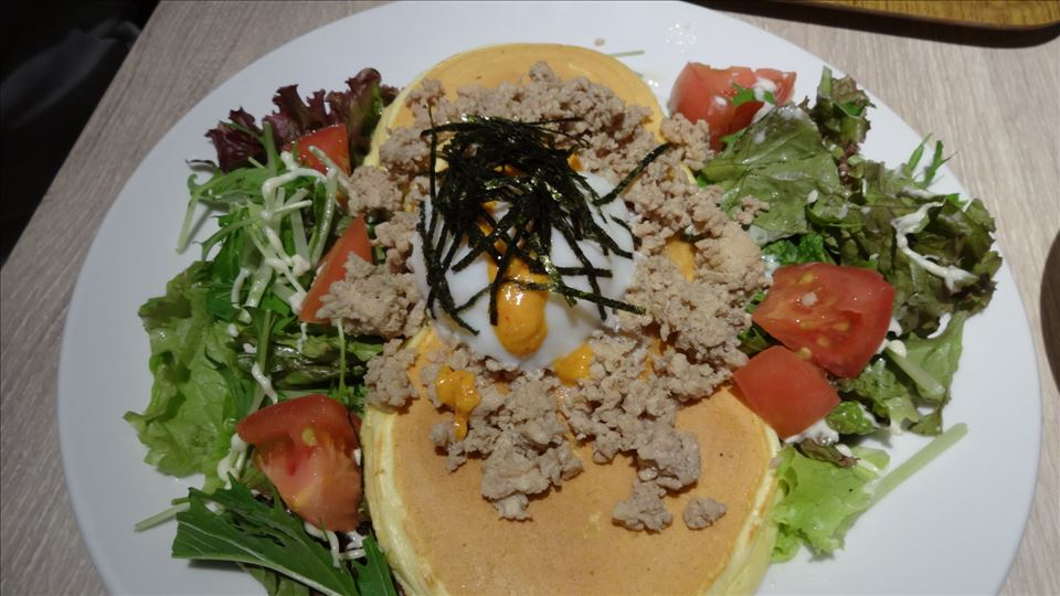 鶏そぼろの温玉のせ十八穀米パンケーキ ¥1,100円 Cafe And(カフェ アンド)なんばウォーク パンケーキマン